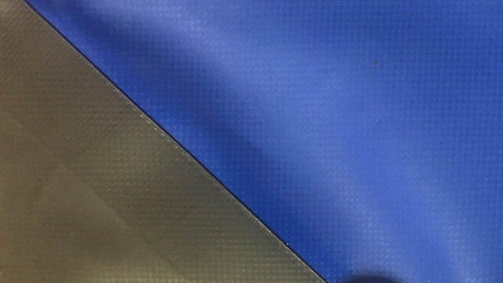 Lona negra sellada sobre lona azul.